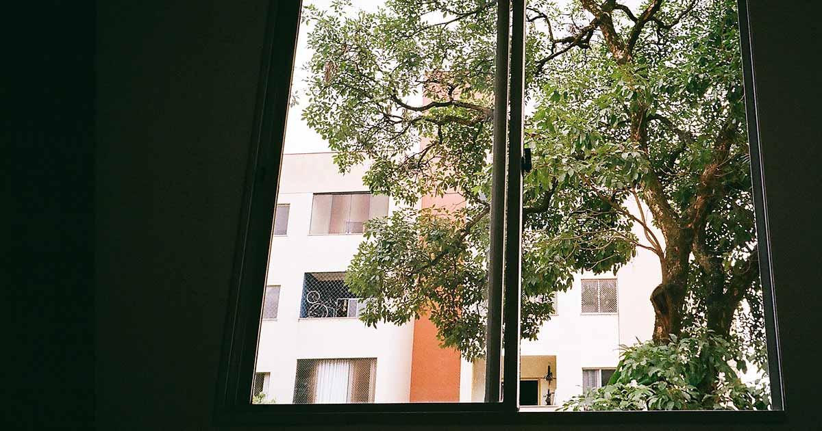 Allenare lo sguardo dalla finestra di casa