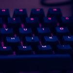 Adolescenti iperconnessi su internet: i rischi tra dipendenza, cyberbullismo e sexting
