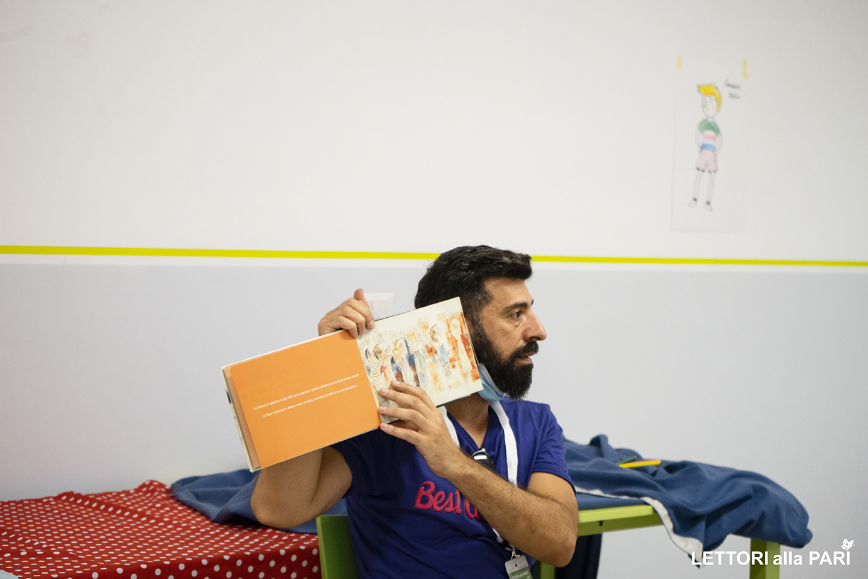 Foto di Attilio Palumbo con un libro
