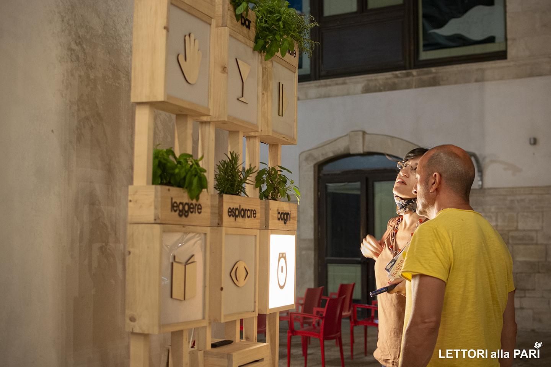 Foto di persone che osservano le indicazioni del MAT Laboratorio Urbano di Terlizzi