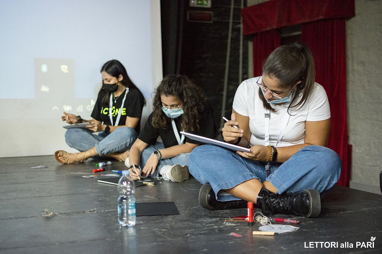 Foto di tre ragazze che svolgono un'attività di scrittura creativa