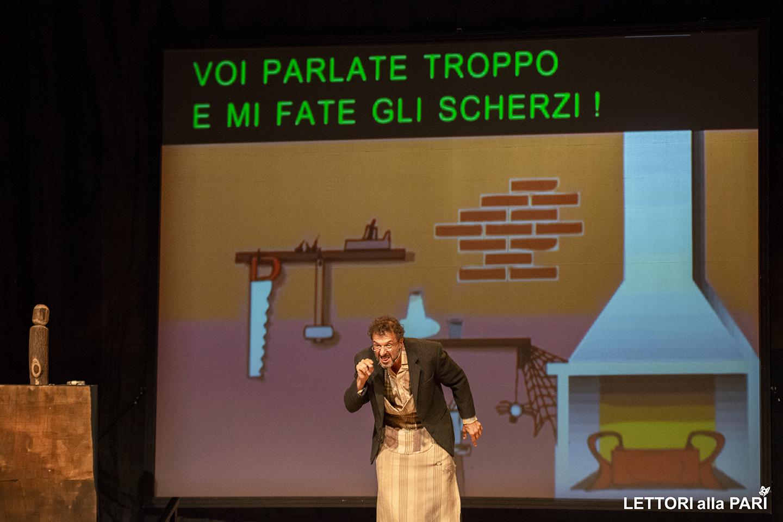 """Foto di Geppetto durante lo spettacolo teatrale accessibile """"Le avventure del piccolo burattino"""""""