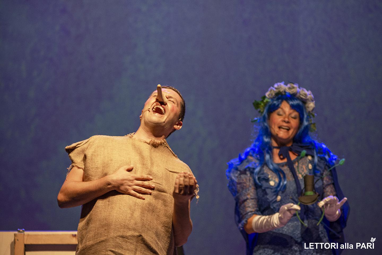 """Foto di Pinocchio e la Fata Madrina durante lo spettacolo teatrale accessibile """"Le avventure del piccolo burattino"""""""