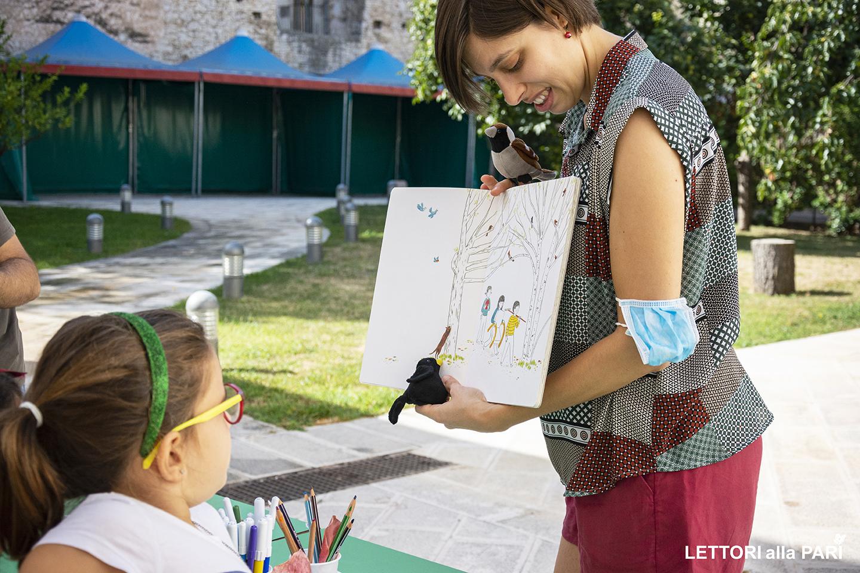 """Irene Penazzi, autrice, durante il laboratorio per bambini """"Nel mio giardino il mondo"""" e """"Su e giù per le montagne"""""""