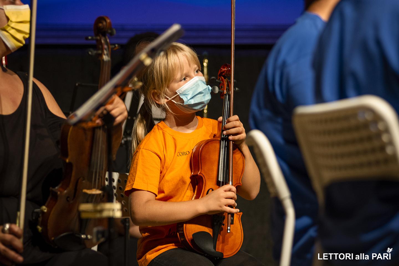 """Foto di una bambina durante il concerto dell'orchestra giovanile """"Musica in gioco"""""""