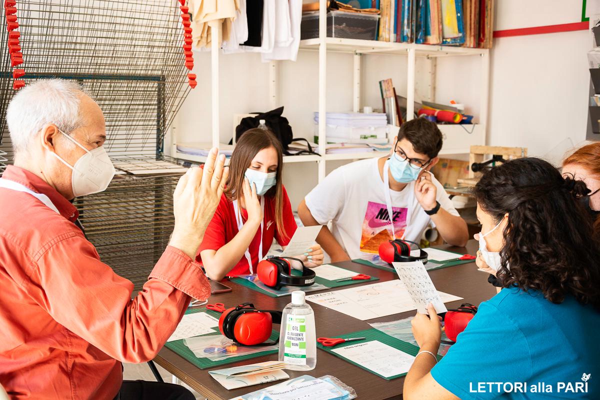 Foto del laboratorio PaperLab durante la fiera Lettori Alla Pari il formatore e gli studenti